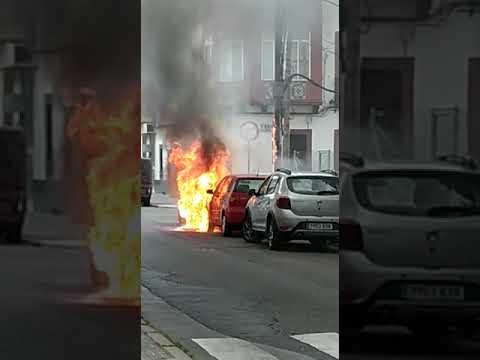 Coche ardiendo en calle Colombia