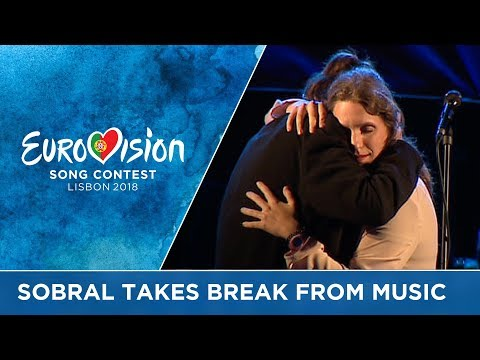 Emotional performance of Amar Pelos Dois at Salvador Sobral's farewell concert