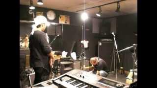 ヴァンヘイレンを聴きながらスタジオに来たので、 エディーの真似をした...