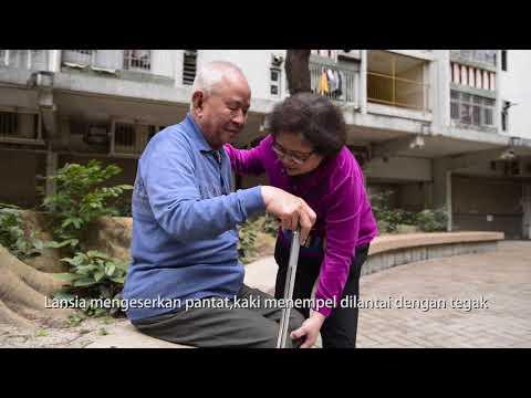 Membantu lansia berjalan dengan tongkat berkaki empat