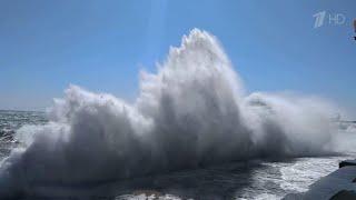 Шесть человек погибли в Крыму во время сильного шторма, который обрушился на побережье.