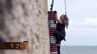 Här klättrar Jonna Lundell på utsidan av Fort Boyard  - Fångarna på fortet (TV4)