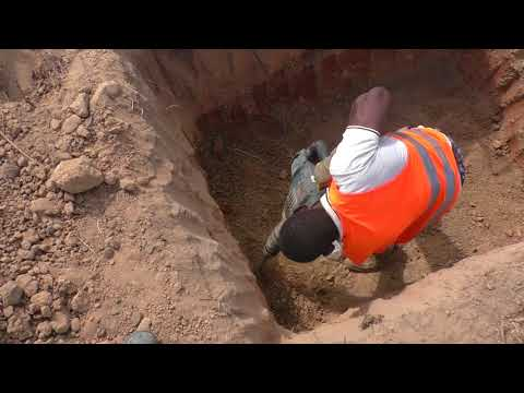 building in ghana Digging of a manhole / Graben einer Sickergrube Bosch GSH 11 vc