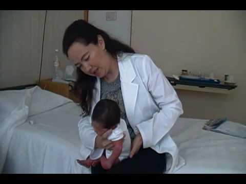 Como hacer repetir a un bebe how to make a baby burp youtube - Como banar a un bebe ...