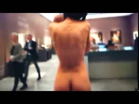 Mujer Camina Desnuda Con Bebé En Museo De Arte Milo Moiré