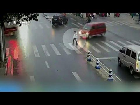 Heftig: busje ramt 16jarig meisje