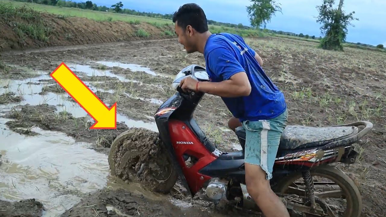 Experiment - Off Road Motorcycle Go Through in Deep Mud at Field / Lii Xii CC