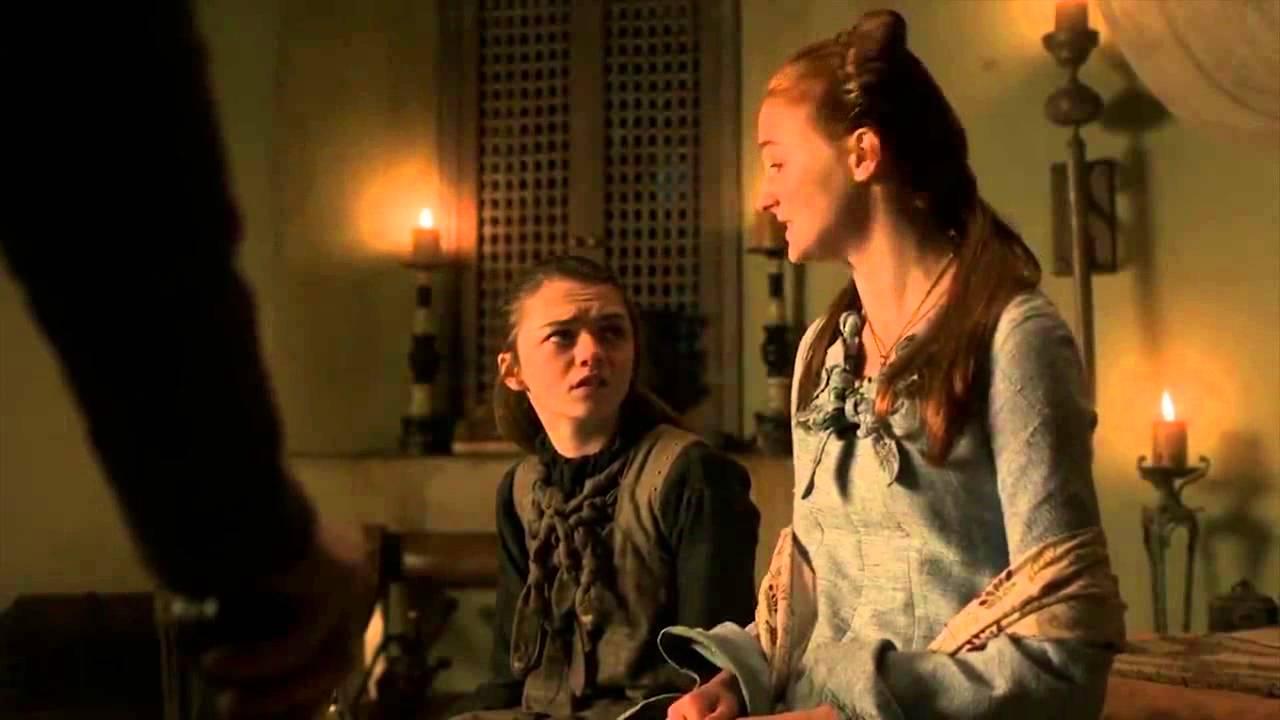 Sansa robe bleue étole blanche