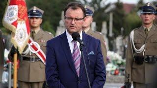 Pose� Arkadiusz Czartoryski podczas pogrzebu pi�ciu �o�nierzy Wykl�tych w Ostro��ce