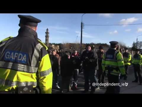 VIDEO: Irish Muslims offer dates and tea to anti-Islam protesters