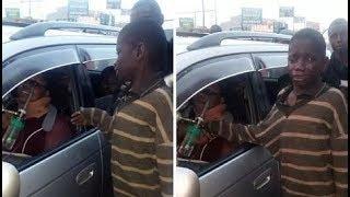 कार में बैठी महिला से भीख मांगने पहुंचे बच्चे ने देखा कुछ ऐसा कि उस महिला को दे दी अपनी दिनभर की