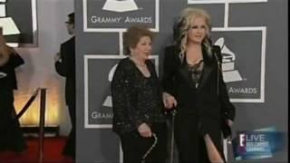 Cyndi Lauper e mãe no tapete vemelho do Grammy 2012
