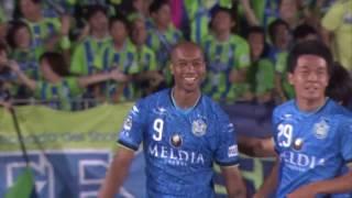 右後方からのクロスボールをジネイ(湘南)が頭で流し込み、後半開始早...
