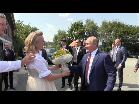 شاهد: بوتين الذي لا يبتسم.. يضحك ويرقص ويتحدث الألمانية  - 15:23-2018 / 8 / 19
