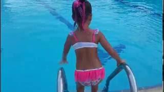 Havuzda takla atmaca ve su üstünde yürüme yarışması , eğlenceli çocuk videosu