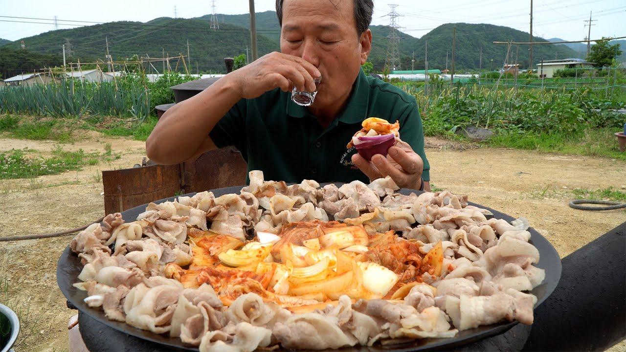 지글지글 솥뚜껑 대패삼겹살에 양파와 김치 가득! (Daepae Samgyeopsal with Onion, Kimchi) 요리&먹방!! - Mukbang eating show