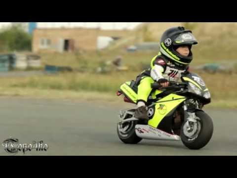 Young biker (2 years motor)/Kleine Biker (in 2 Jahren auf Motorrad)/Маленький байкер(2 года на мото)