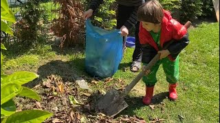 Fatih Selim bahçıvan oldu tırmık ile yerdeki yaprakları toplayıp kürek ile çöp poşetine doldurdu