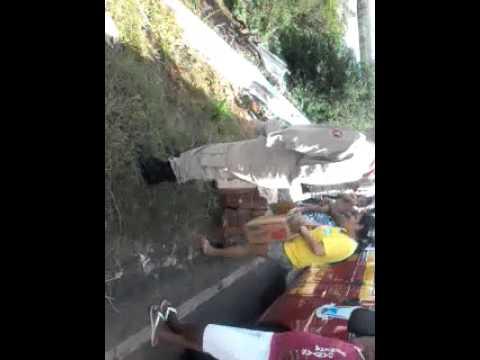 Caminhão cai no Rio Guarapes na rodovia federal BR-226, e operário morre.