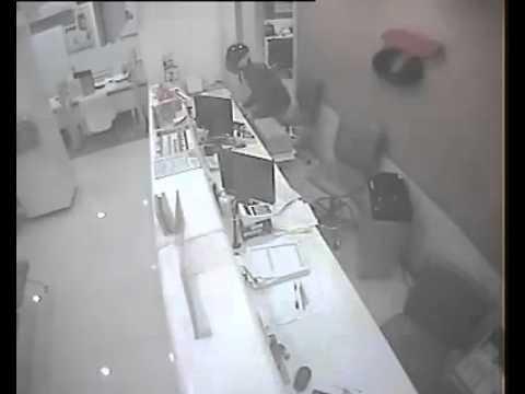 คลิป คนร้ายบุกเดี่ยวปืนจี้ชิงเงินในธนาคารธนชาต สาขานิมานฯ 30 ก.ย.58