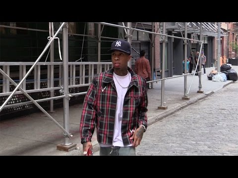 Tyga arrives by walk at Kylie s apartment in New York