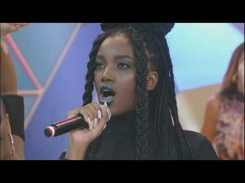 IZA canta seu sucesso Te Pegar no palco do Legendários