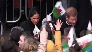 Folla festosa accoglie il principe Harry e Megan a Cardiff