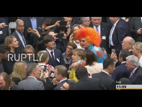 Germany: Merkel talks with drag queen Olivia Jones at presidential election