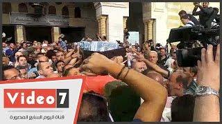 حميدة والسقا وفنانو مصر يصلون على وائل نور ويودعونه إلى مثواه الأخير