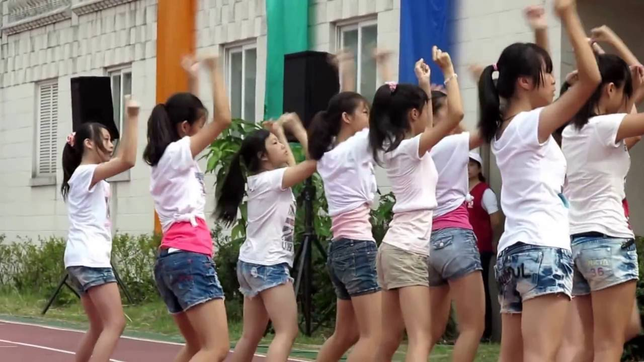 萬華國中2012 校慶表演 注意某個露奶的 - YouTube
