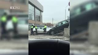 В центре Екатеринбурга  во время эвакуации машина попала в ДТП