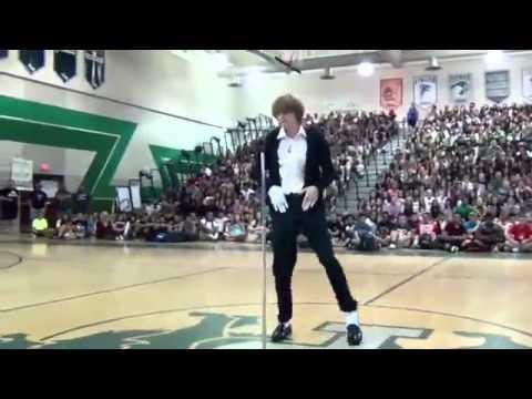 Шикарный танец подражателя Майкла Джексона