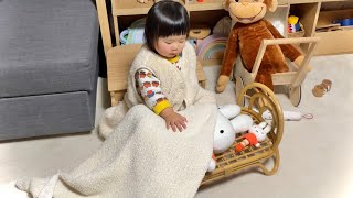 子守唄を歌いながらミッフィーさんを寝かしつけする1歳娘