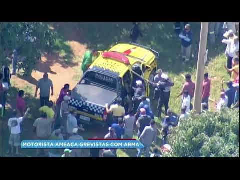 Policial de folga saca arma e ameaça grevistas durante protesto dos caminhoneiros