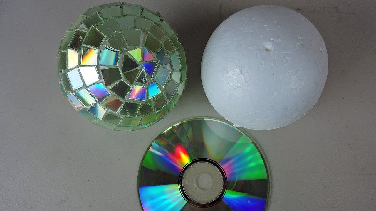 Bolas de discoteca con cd reciclados youtube for Como decorar bolas de corcho blanco
