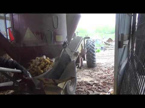 John Deere 4020 Grinding and mixing Pig feed