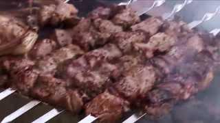 Сталик Ханкишиев готовит шашлык