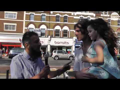 sokakta yürürken müslüman olan adam