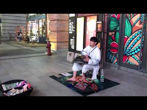 武汉汉街街头艺人打击钢舌鼓手碟,宛如来自空灵宇宙的天籁之音,令人如痴如醉 Handpan  in Wuhan, China
