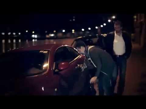 Ebrio intenta abrir la puerta de su auto y peatón le tira las llaves. Drunk