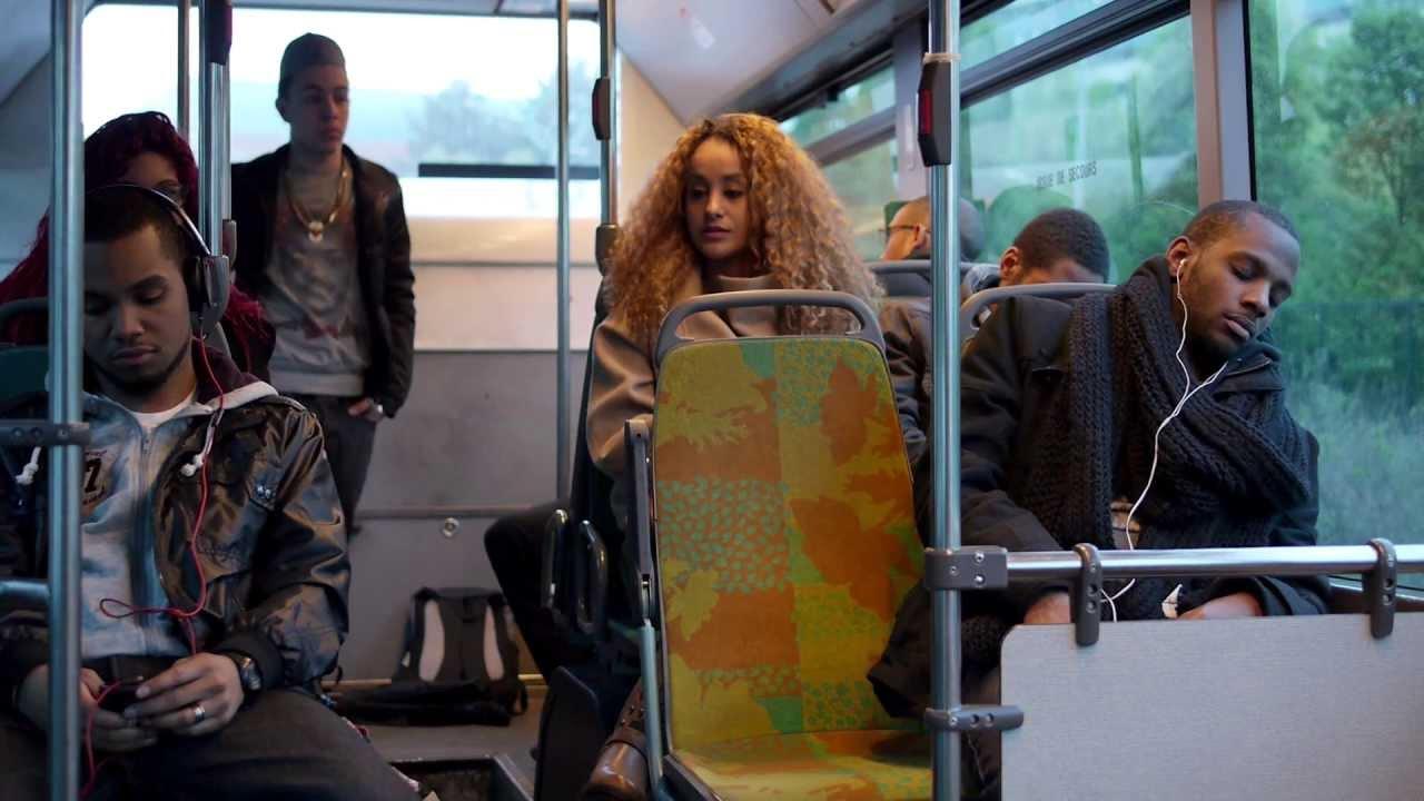 Nu dans le bus