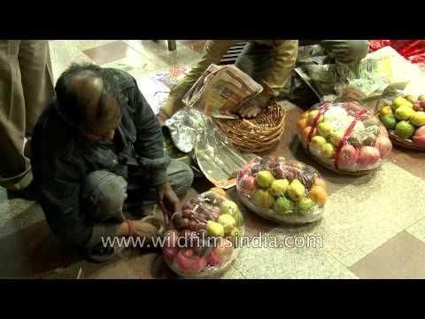 Packing fruit for Diwali at Green Park Market, Delhi