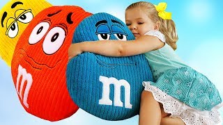 Little Diana Pretend Play Learn colors with m&ms