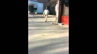 Мужик ходит в трусах по улице!