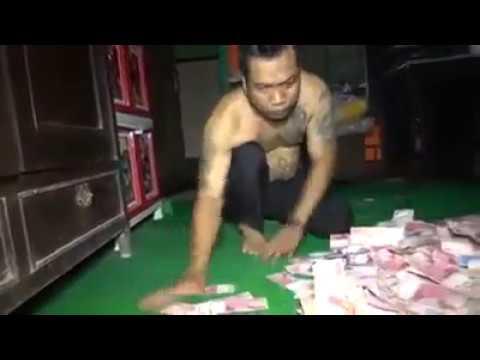 Geger Pria Diduga Kades di Mojokerto Tidur di Atas Tumpukan 'Uang'