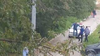 Бухой мужик прыгнул задницей на капот полицейской машины. Real video