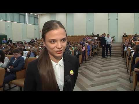 Глава Курска вручил стипендии одаренным детям
