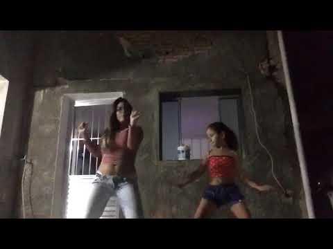 Eu dançando com a minha prima cá