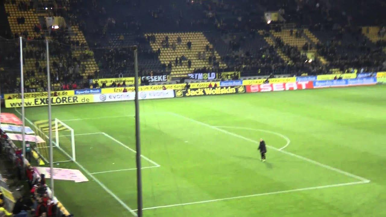 Dede vor der Südtribüne - Borussia Dortmund - Mainz 05 BVB 09 19.03.2011