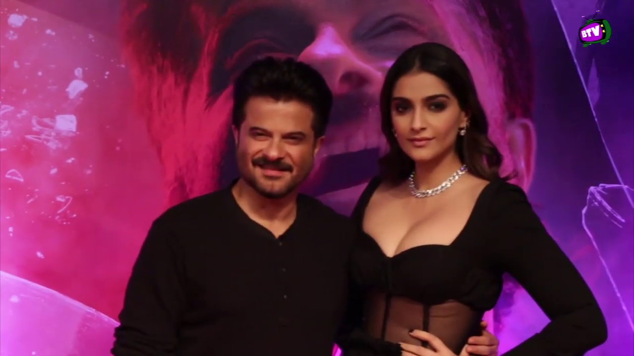 Sonam Kapoor In Black With Father Anil Kapoor For His Malang Premiere Show Youtube